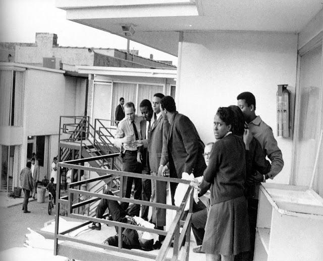 Человек, стоящий справа от полицейского, являлся лучшим другом Кинга - Ральф Абернати