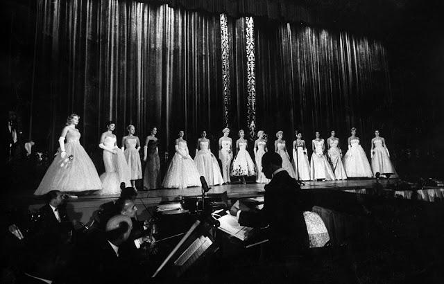 Участницы конкурса «Мисс Вселенная» в вечерних платьях, 1957 год