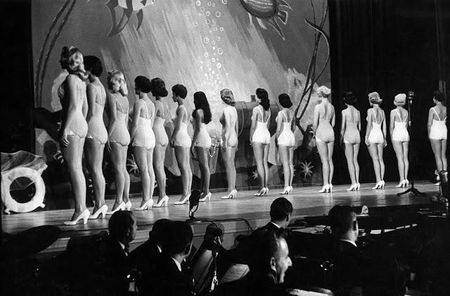 Участницы конкурса «Мисс Вселенная» в купальных костюмах, 1957 год