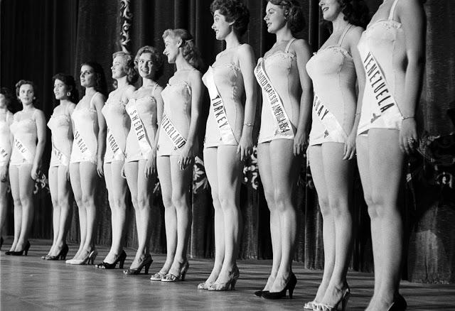Мисс Швеция и мисс Швейцария обмениваются дружескими улыбками, 1953 год