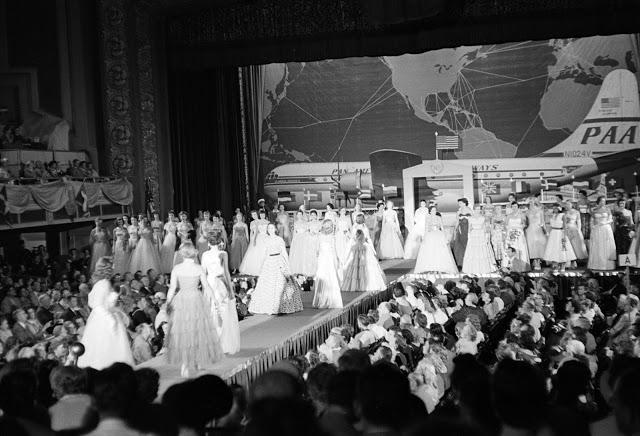 Дефиле вечерних платьев, 1953 год