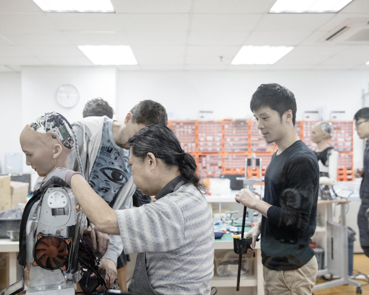 Инженеры работают в лаборатории «Hanson Robotics» в Гонконге, которую часто называют «домом Софии»