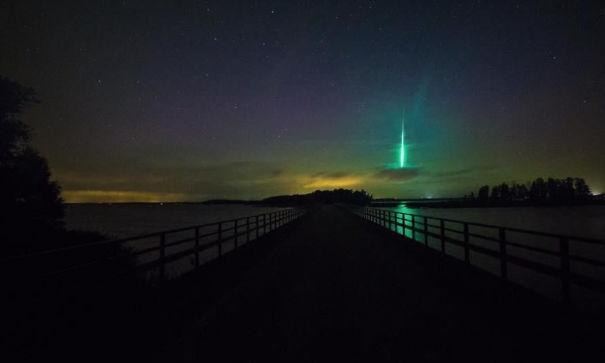 Парень случайно запечатлел падающий метеорит в попытке сфотографировать северное сияние