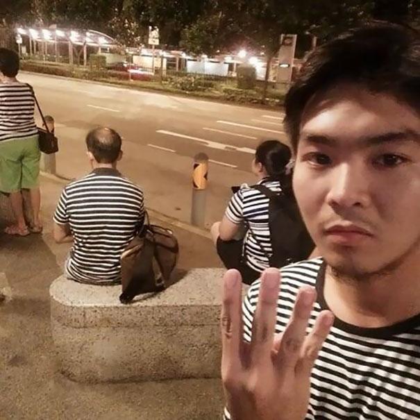 4 случайных человека ночью на пустой улице в похожих полосатых футболках