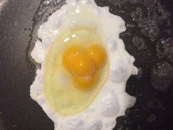 4 желтка в одном яйце