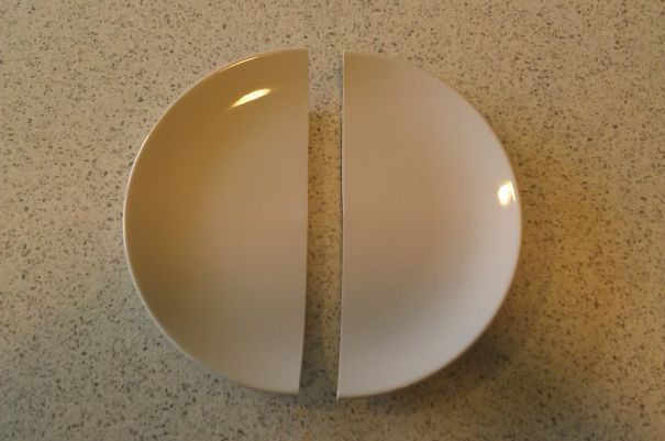 «Я случайно уронил тарелку, и она разбилась на ровные части. Никаких осколков»