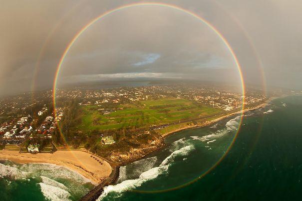 Редкая фотография полного радужного круга, снятая с вертолета в Западной Австралии