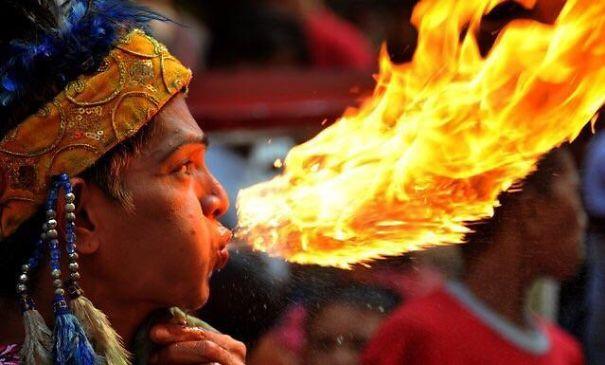 Факир выдыхает огненного дракона