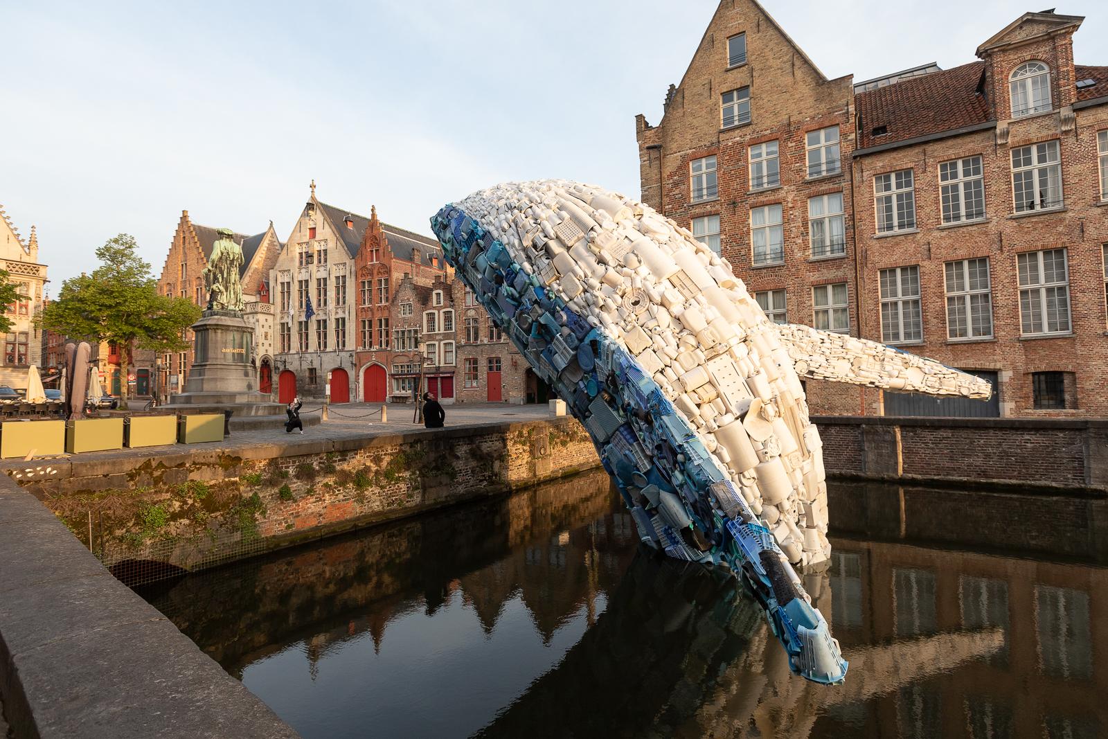 Скульптура кита, созданная из 5 тонн пластиковых отходов