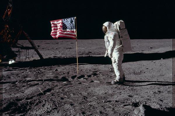 Астронавты на Луне: оцифрованные фотографии из архива НАСА