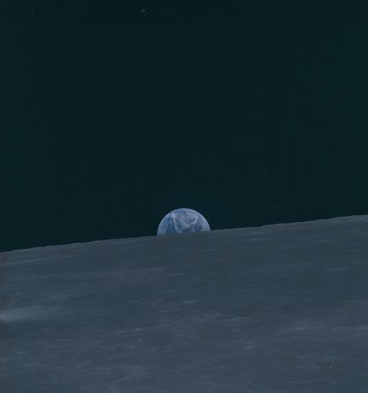 Аполлон-10: Земля выглядывает из-за лунного горизонта, 1969 год