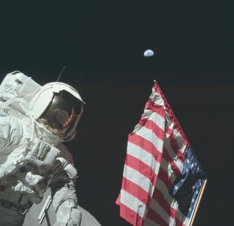 Аполлон-17,на котором состоялся 11-й и последний пилотируемый полёт в рамках программы «Аполлон». На фото космонавт и геолог Харрисон Шмитт, 1972 год