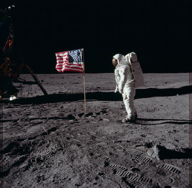Аполлон-11, в ходе полёта которого в 1969 году жители Земли впервые в истории совершили посадку на поверхность другого небесного тела — Луны