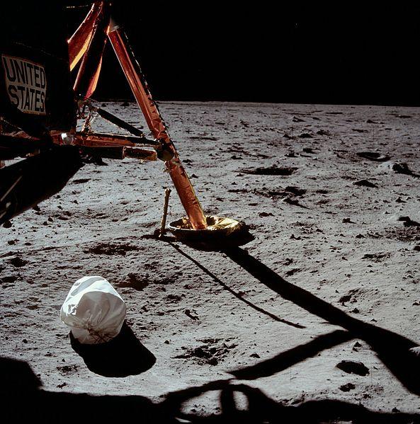 Аполлон-11: первая фотография, сделанная Нилом Армстронгом на Луне. 1969 год