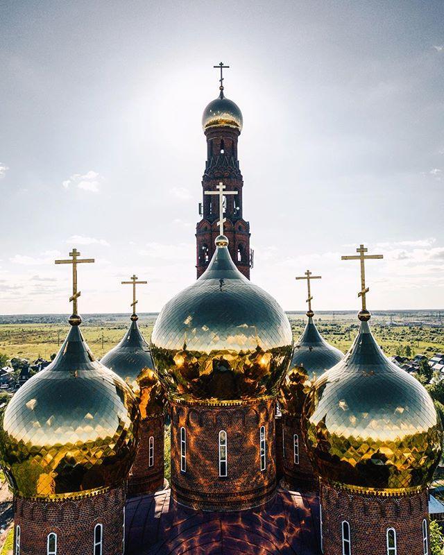 Храм Воскресения Христова (Красная церковь) в Тезине