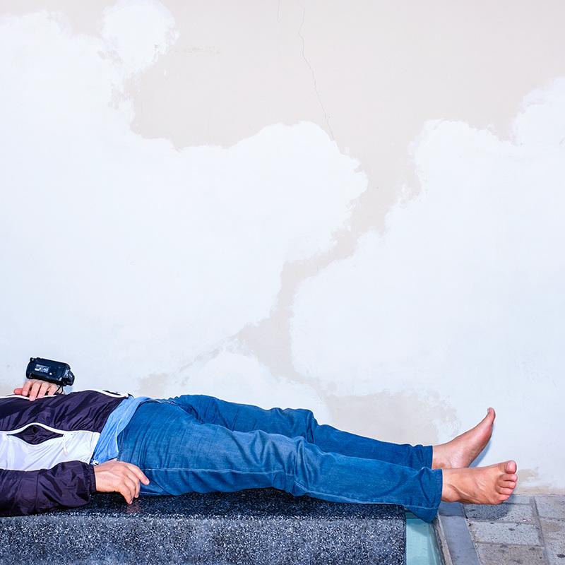Скучающие туристы: ироничный взгляд на путешественников в отпуске