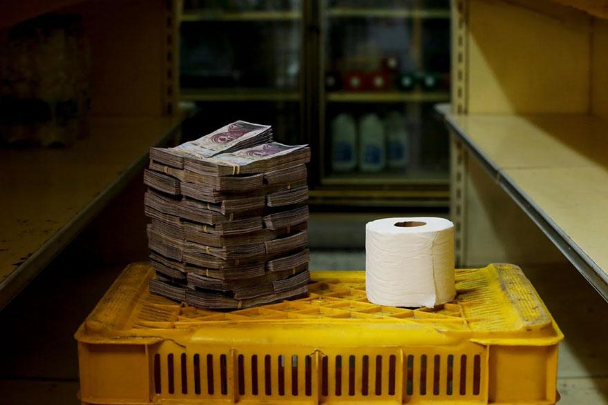 Рулон туалетной бумаги стоит около 2,6 млн боливаров ≈ 0,40 доллара США