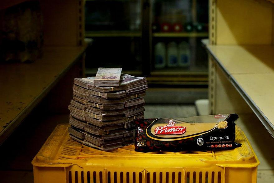 1 кг. спагетти = 250 тысяч боливаров ≈ 0,38 долларов