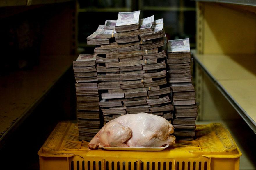 Курица весом 2,4 кг стоит около 14,6 млн боливаров, эквивалентных2,22 долларам