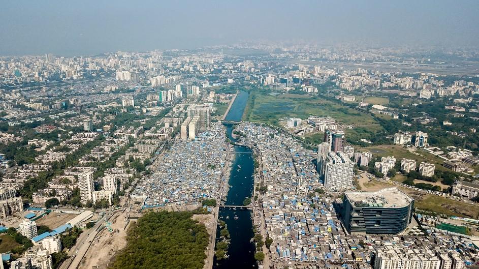 Трущобы у реки в Мумбаи, Индия