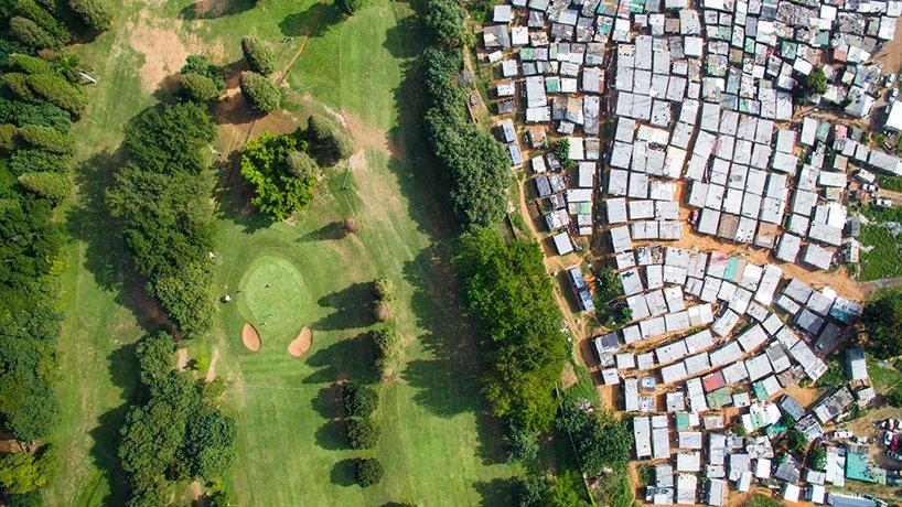 Поле для гольфа Papwa Sewgolum и трущобы в Дурбане, ЮАР
