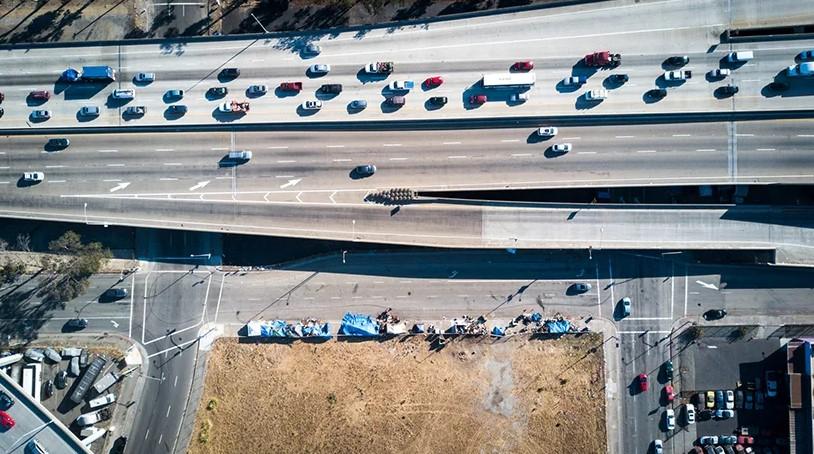 Лагерь бездомных возле автотрассы в Калифорнии, США