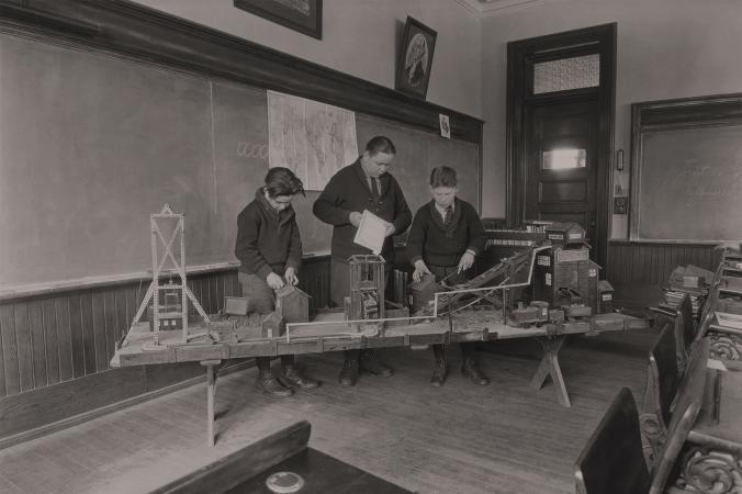 Ученики изучают модель угольной шахты, США