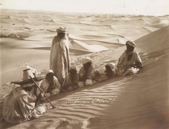 Учитель и ученики в пустыне Сахара, Тунис