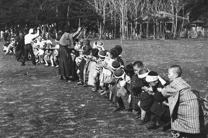 Ученики начальной школы играют в перетягивание каната, Япония