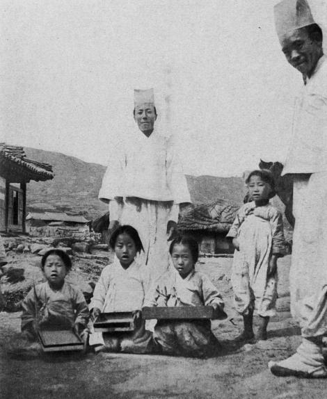 Дети изучают китайское письмо (иероглифы) с помощью коробок с песком, Китай