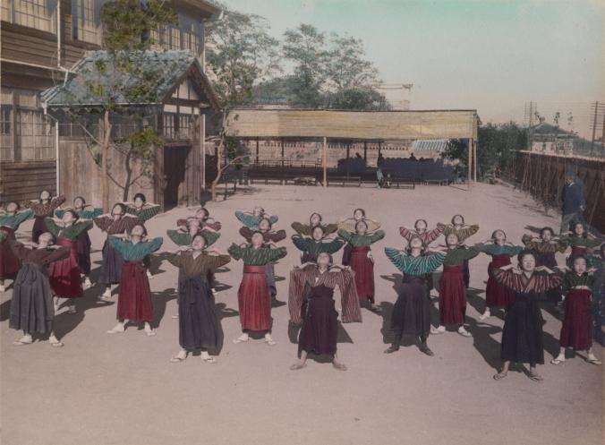 Ученицы средней школы на уроке физической культуры, Япония