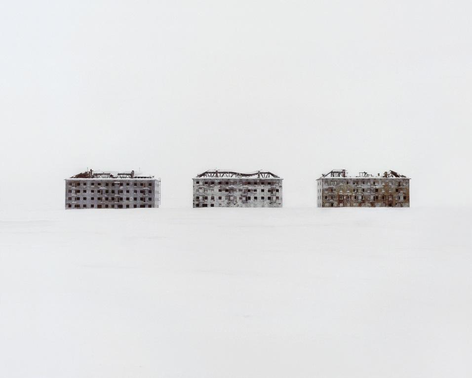 Покинутые жилые дома в научном городке, где раньше велись исследования в области биологии. Республика Коми
