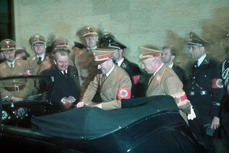 Фердинанд Порше (слева, в тёмном костюме) презентует новыйVolkswagen на 50-летие Гитлера, 1939 год