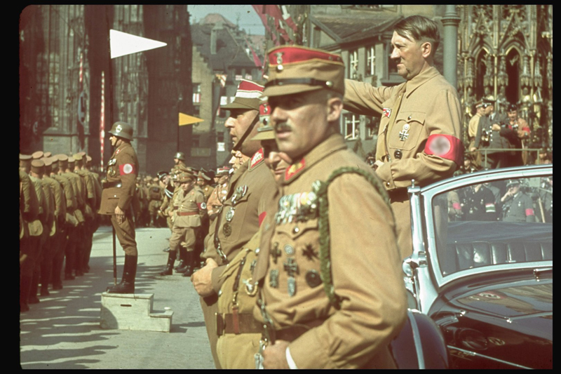 Гитлер приветствует немецкие войска, 1938 год