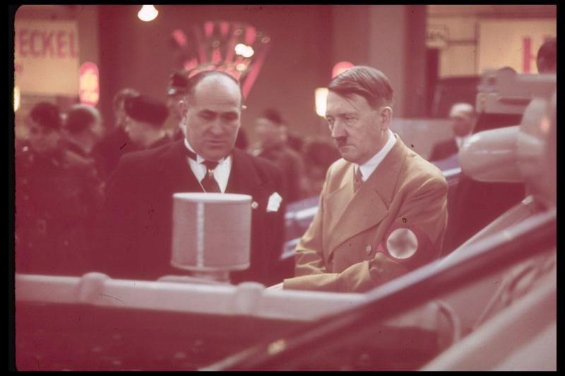Адольф Гитлер на Международной автомобильной выставке в Берлине, 1939 год