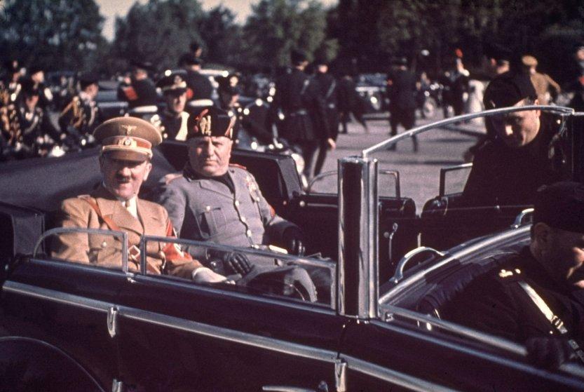 Адольф Гитлер и Бенито Муссолини во время государственного визита фюрера в Италию,1938 год