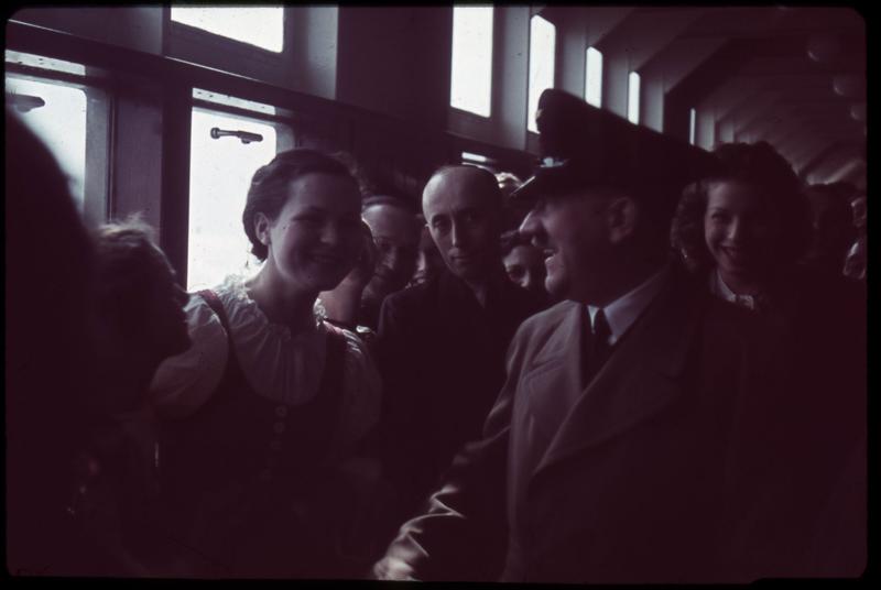 Адольф Гитлер беседует с молодыми женщинами на борту круизного лайнера «Robert Ley»