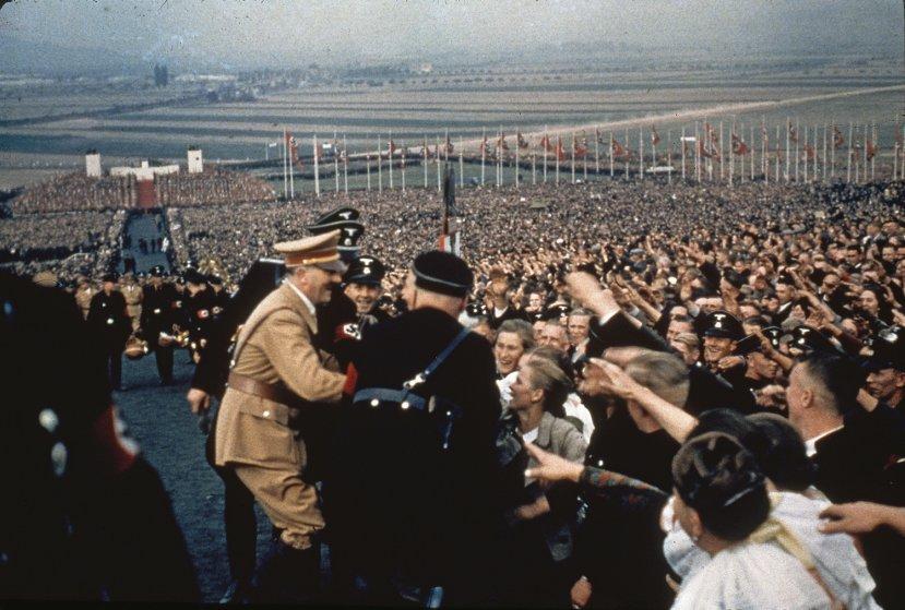 Адольф Гитлер приветствует толпу, 1937 год