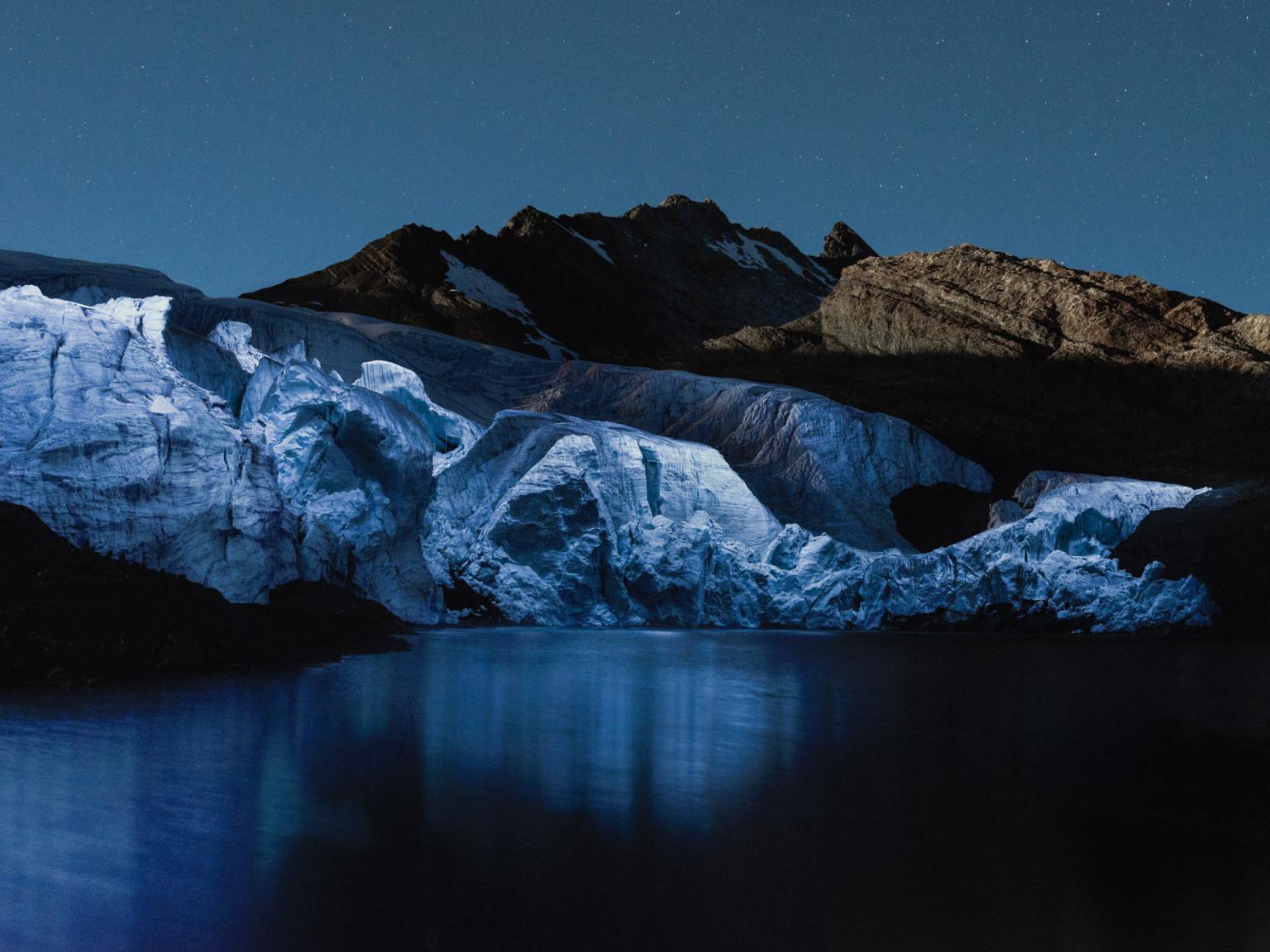 Чарующая красота исчезающих ледников, освещённых дронами