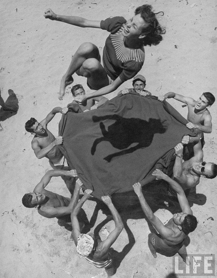 Норма Джин Бейкер (Мэрилин Монро) на пляже, 1948 год