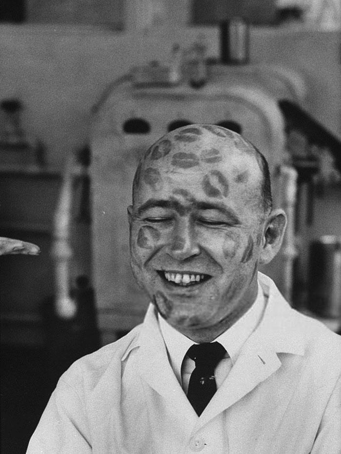 Работника косметической компании осыпали поцелуями, чтобы доказать, что красители в данной губной помаде безвредны, 1960 год