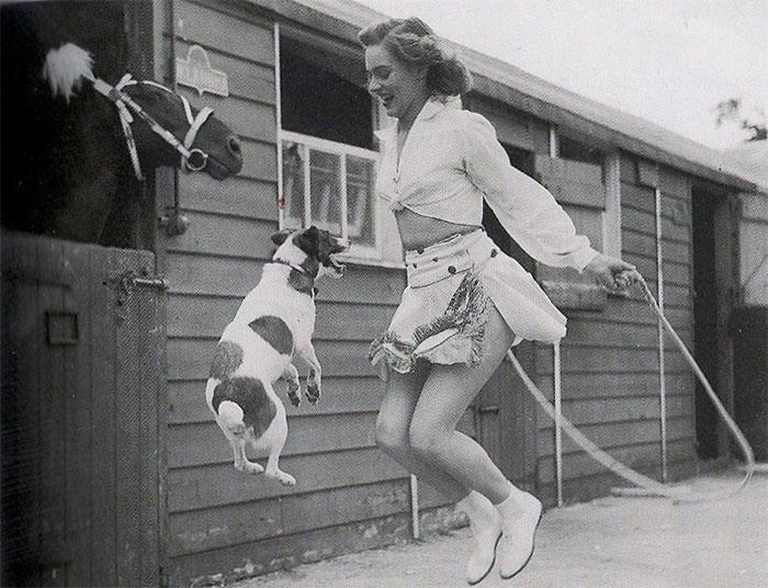 Девушка и собака прыгают через скакалку, 1940-е годы