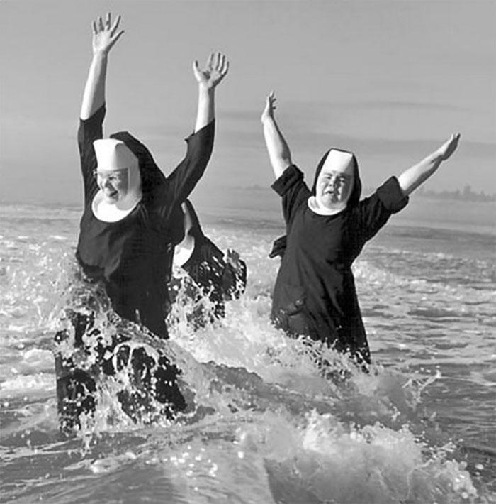 Купание радостных монахинь в Тихом океане, 1960 год