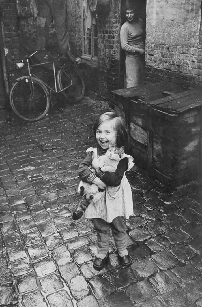Счастливая французская девочка со своей кошкой, 1959 год