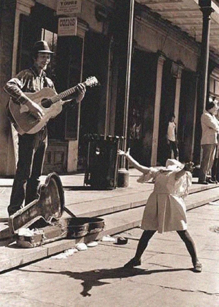Уличный музыкант и танцующая девочка