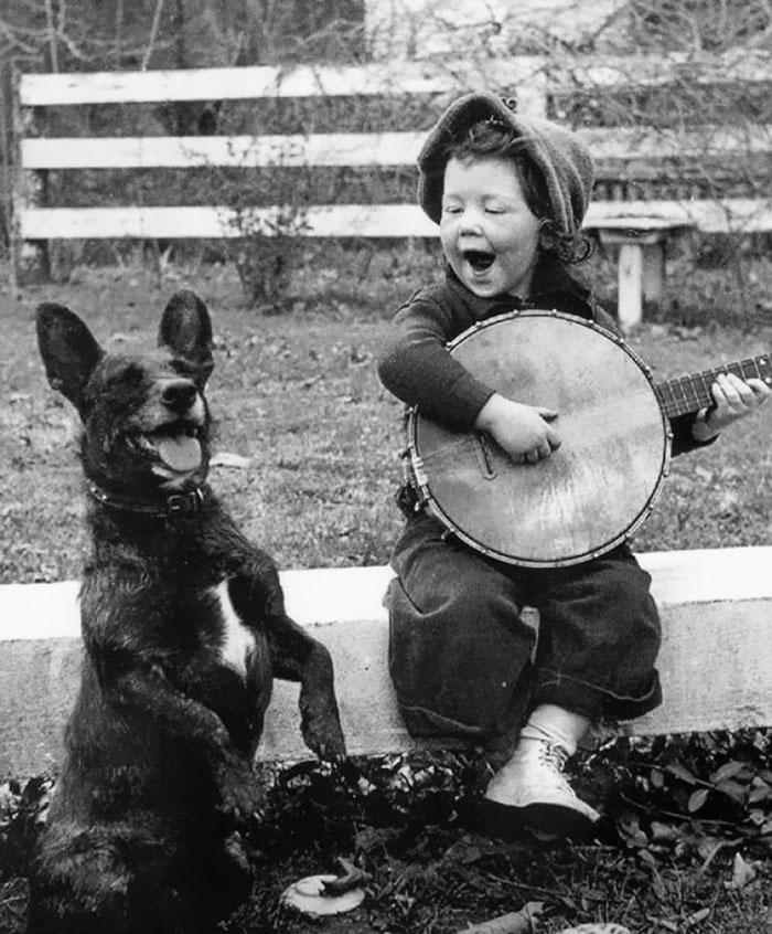 Девочка и довольный пёс