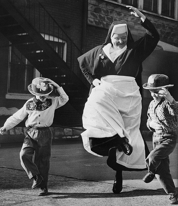 Танцующая монахиня с детьми, 1964 год