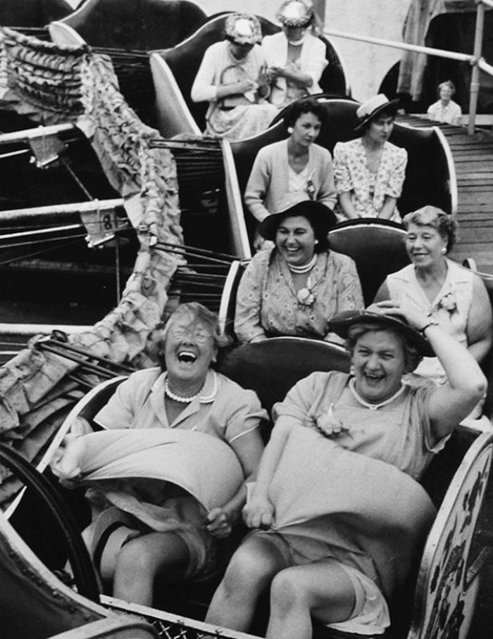 Весёлые женщины в парке аттракционов, Лондон, 1958