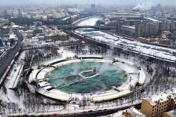 Бассейн «Москва» — самый большой плавательный бассейн в СССР