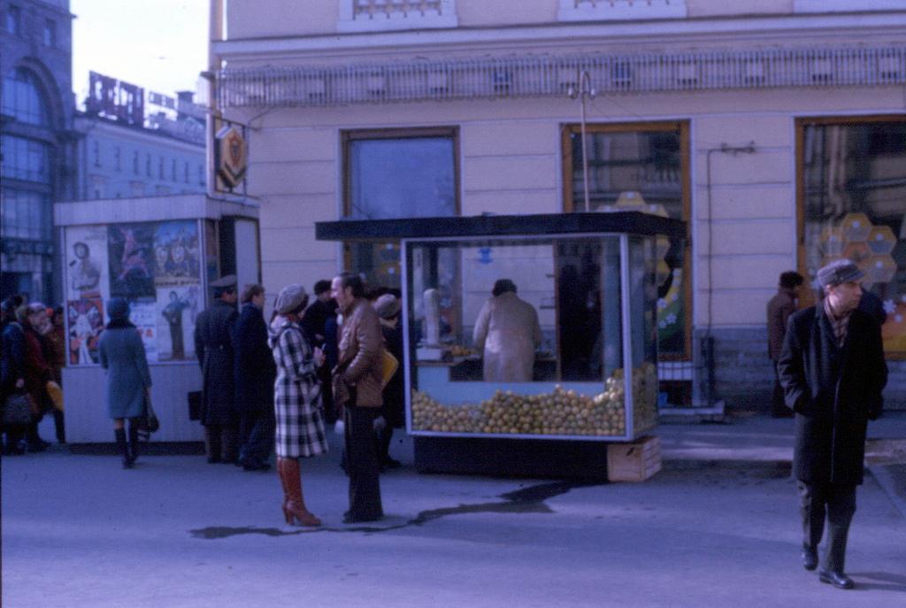 Улица на пересечении Невского проспекта, 1977 год